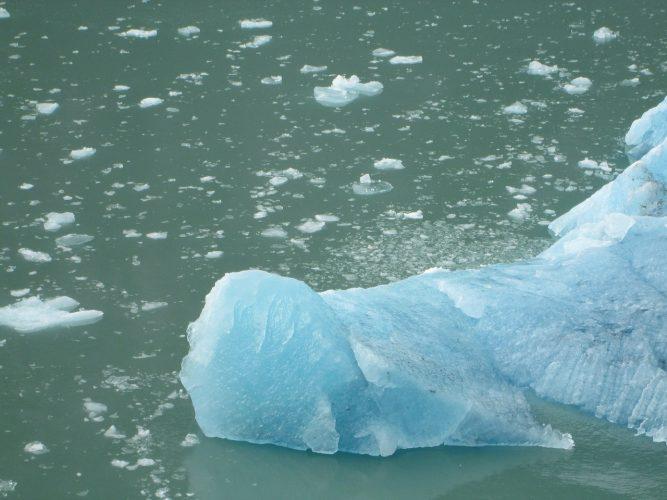 perché il ghiaccio galleggia sull'acqua