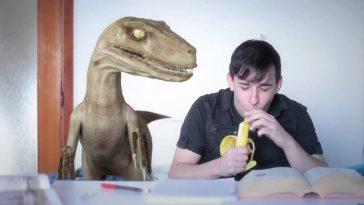 odio quando sto studiando e un velociraptor mi lancia addosso le banane