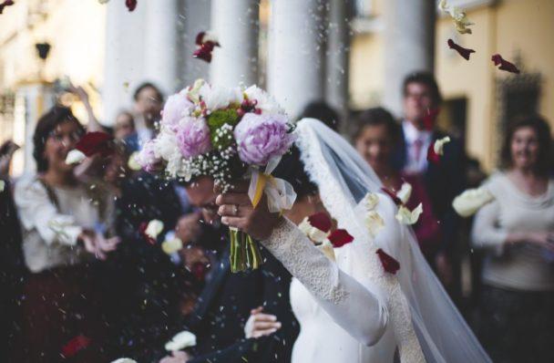 lancio riso al matrimonio